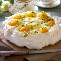 Easter Pavlova with lemon cream and passion fruit sauce No Bake Desserts, Delicious Desserts, Dessert Recipes, Pavlova Recipe, Danish Food, Healthy Cake, Pastry Cake, Let Them Eat Cake, I Love Food