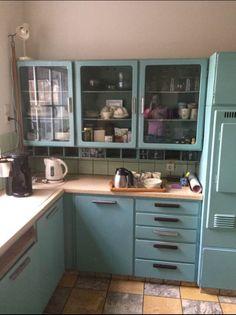 Piet Zwart keuken nog vol in gebruik. Onverslijtbaar !!! Interior Garden, Kitchen Interior, Mint Green Kitchen, 60s Furniture, Kitchen Organization, Vintage Kitchen, Home Kitchens, Interior Decorating, Sweet Home