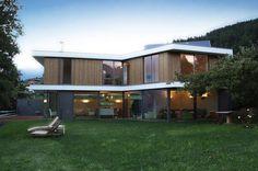 Dass moderne Architektur ein Leben im Einklang der Natur perfektionieren kann, zeigt dieses Haus, das mit Blick auf die Dolomiten errichtet wurde. Es bietet herrliche Ausblicke auf die Landschaft und ist zugleich mit allem ausgestattet, was man sich wünschen kann. Eine Mischung an natürlichen und modernen Materialien und innovativen Formen macht aus diesem Landhaus eine Traumvilla.