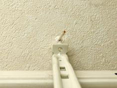 壁に取り付けたカーテンレールやフックのぐらつき。ネジを締め直しても空回りしてしまうネジ穴の簡単な補修方法をイン… Hacks, Tips