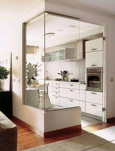 Кухня за стеклом. Больше есстественного света в комнате, при изоляции от запахов
