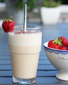 Iskaffe latte og jordbær Latte, Milkshake, Food Inspiration, Lemonade, Panna Cotta, Ethnic Recipes, Smoothie, Dessert, Summer