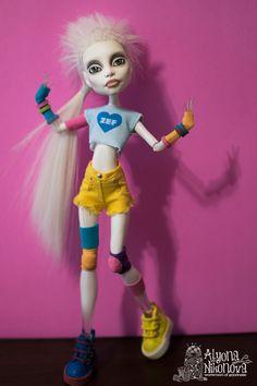 Купить или заказать Йоланди, ООАК Спектра, Monster High в интернет-магазине на Ярмарке Мастеров. ООАК Спектры Вандергейст, Monster High по образу Йоланди Фиссер (солистки группы Die Antwoord) из фильма 'Робот Чаппи'. Личико: акварельные карандаши, акриловая краска, покрыто матовым лаком, глаза и губы - глянцевым. Волосы: впереди проклейка, остальное - прошивка трессами белого цвета, стрижка. Кукла: Спектра Вондергейст, Monster High, made in Indonesia.