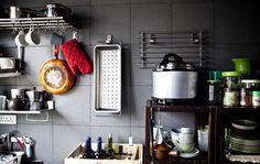Justin bruker plassbesparende oppbevaring på sitt lille kjøkken