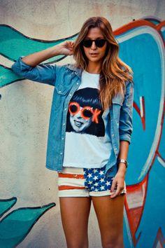 "Luisa Meirelles vestindo a t-shirt ""Rock""."