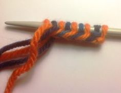dk: Fin flettet opslagning med to farver Knitting Club, Vogue Knitting, Knitting Videos, Knitting For Beginners, Loom Knitting, Knitting Stitches, Knitting Patterns, Crochet Books, Knit Crochet