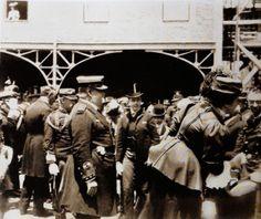Despedida da família Real a ao Príncipe Real D. Luis de partida para uma viagem às Colónias. Dom Carlos e Dom Manuel
