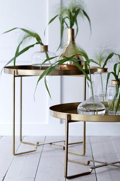 Soffbord med avtagbar bricka. Ihopfällbart stativ. Av metall. Ø 57 cm. H 48 cm.