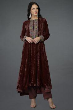 Fashion Ideas For Women Chic Indian Designer Outfits, Indian Outfits, Indian Dresses, Designer Dresses, Velvet Suit Design, Velvet Dress Designs, Pakistani Dresses Casual, Pakistani Dress Design, Stylish Dress Designs