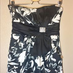 Black and white dress!!! Multi color mini dress, with beautiful bow design on the front. Has a zipper on the back, and some of the threads are loose as seen on the last picture. It is completely fixable!!!              It is a light-weight fabric, and it also has 2 pockets, one on each side. Size M juniors!!! Dresses Mini