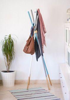 Paso a paso para hacer percheros de pie con barras de madera, pintado con chalk paint, spray dorado y anudados con una cuerda.