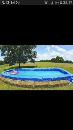 Zwembad van hooibalen