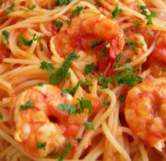 Massa em Tomate com Atum e Camarão - https://www.receitassimples.pt/massa-em-tomate-com-atum-e-camarao/