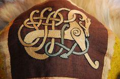 O tipo de desenhos que podemos pôr em placement cards, convites, decoração,  etc.  viking inspired embroidery
