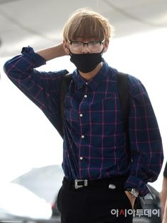 Taehyung have been assigned to the most richest company, jeon corp. He met the strictest boss of the company, jeon jungkook that everyone feared about Taehyun. Bts Airport, Airport Style, Airport Fashion, Kim Taehyung, Foto Bts, Incheon, Bts Bangtan Boy, Jimin, Korean Fashion