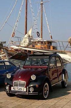 """Vintage Cars : Oui, cest La Folie - """"La Folie"""" c'est le voilier ou a 2 CV? Velo Paris, Bugatti Type 57, Psa Peugeot Citroen, 2cv6, Auto Retro, Cabriolet, Small Cars, Amazing Cars, Old Cars"""