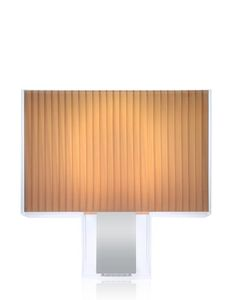 Tati' Lámparas De Mesa - Lámpara De Mesa Rectangular, Que Se Caracteriza Por Una Extremada Limpieza De Formas y Por Un Mood de Inspiración Déco. La Originalidad De Tatì Reside En Que Un Soporte Externo En PMMA Transparente Encierra En Su Interior La lámpara: Un Volumen Cromado Brinda La Base Al Difusor, Disponible Tanto En Metacrilato De Pleno Color, en Las Versiones Opalina o Negra, Como En Tejido Plisado. Rigor En La Materia y En La Forma, Que Sin Embargo No La Hacen Álgida Ni Fría, Sino…