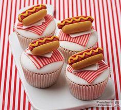 Cupcakes decorados con perrito caliente de fondant.
