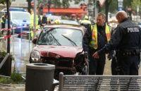 Die 54-jährige Fahrerin verlor die Kontrolle über ihren Daihatsu, durchbrach zwei Poller und knallte gegen eine Bank. Dabei wurden die zwei Fußgängerinnen verletzt.