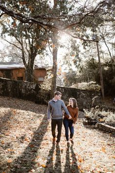 Cozy Fall Engagement Photos in Tennessee | Knoxville Engagement Photographer Erin Morrison Photography www.erinmorrisonphotography.com #knoxvillephotographer #knoxvilleweddingphotographer #knoxvilleengagemenphotographer #engagementphotos #engagementphotography #whattowearforengagementphotos #fallengagement #fallengagementphotos Engagement Outfits, Fall Engagement, Engagement Session, Engagement Photos, Tennessee Knoxville, Golden Hour Photos, Fall Color Palette, Warm Autumn, Photo Look