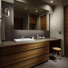 碑文谷・時層の家の部屋 座って準備できる洗面室