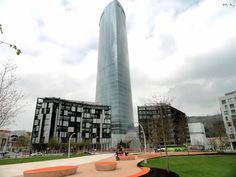 La Torre Iberdrola es un rascacielos de 165 metros de altura que empezó a construirse en Bilbao el 19 de marzo de 2007, finalizándose su edificación en 2011.1 Su arquitecto es César Pelli y la inauguración oficial, presidida por el Rey, fue el 21 de febrero de 2012