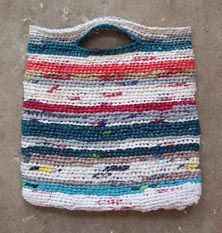 not crafty, but this idea is so clever there is a (slight) possibility that give it a try. Our friends over at MAKE featured a post with instructions on making a tote bag from plastic grocery bags. Instead of recycling those pesky bags back at Plastic Bag Crafts, Plastic Bag Crochet, Recycled Plastic Bags, Plastic Shopping Bags, Plastic Grocery Bags, Reusable Shopping Bags, Crochet Clutch, Crochet Purses, Knit Crochet