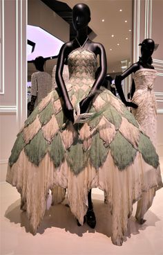 A Tour of Christian Dior: Designer of Dreams – History Lizzie Christian Dior Designer, Christian Dior Vintage, Princess Closet, Stephen Jones, Floral Texture, V & A Museum, Dior Fashion, Live Today, Beautiful Costumes