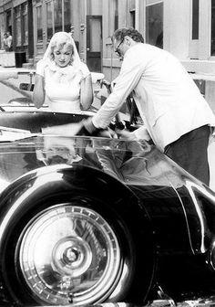 Marilyn Monroe et son mari Arthur Millerparcourent New York en voiture en mai 1957; ils passent sous le pont de Brooklyn, ainsi que...
