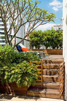 Para disfarçar a diferença de nível e criar volume, as arquitetas Caroline Gabriades, Karla Lopez e Daniela Bastos instalaram três jardineiras entre os degraus. De diferentes tamanhos, elas abrigam xanadus, clúsias e um jasmim-manga