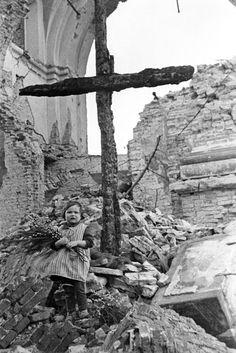 Wielkanoc, w ciężkich powojennych czasach. Na fot. dziewczynka sprzedająca bazie w ruinach warszawskiego Placu Trzech Krzyży w Warszawie.