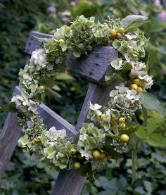 Kranssi on sidottu japanilaisesta ruusuomenapuusta (Malus floribunda) ja hortensiasta