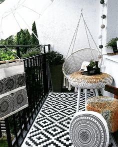 Auf diesem Balkon ist Entspannung vorprogrammiert! Gemütliche Poufs und ein außergewöhnlicher Hängesessel sorgen für stilvollen Komfort. Deko-Accessoires wie die Lichterkette Antra kümmern sich um die romantische Stimmung in den Abendstunden. Einfach perfekt! // Balkon Terrasse Garten Teppich Outdoor Dekorieren Klein Deko Gartenmöbel @skoorki