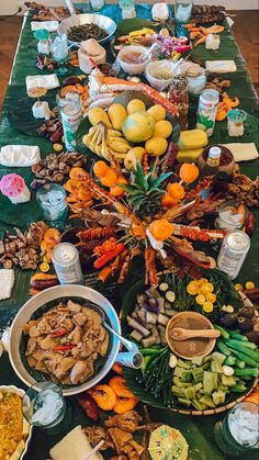 Tips on setting up Kamayan theme Filipino Food Party, Filipino Dishes, Filipino Recipes, Boodle Fight Party, Pinoy Breakfast, Food Set Up, Appetizer Buffet, Party Food Platters, Boodles