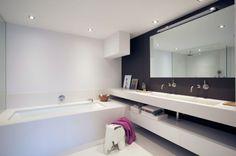 Bad, gietvloer, grote spiegel en van muur tot muur doorlopende 'plank' voor de wastafel... eigenlijk mag dit zo 1 op 1 geplaatst worden :-)