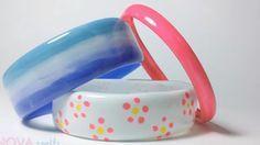 des bracelets faits avec des bouteilles en plastique