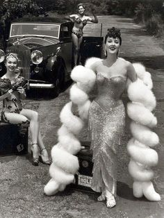 Gypsy Rose Lee and Her Girls photographed by Ralph Steiner, New York, You gotta get a (burlesque) gimmick! Slightly pre-midcentury material here, but any reference to the musical Gypsy is welcome in my retrotastic book. Vintage Fur, Mode Vintage, Vintage Beauty, Vintage Photos, Vintage Fashion, Gothic Fashion, Fashion Glamour, Edwardian Fashion, Steampunk Fashion