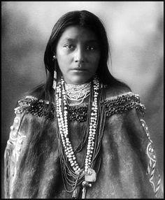 Stunningly beautiful Portrait of Hattie Tom, Native American Chiricahua Apache woman. Photo taken 1899