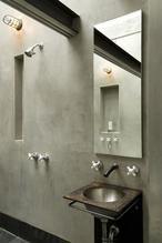 grijs beige/ greige- mooie rustige kleur. Badkamer im marmerstuc, sterk mooi en kan over bestaande tegels heen aangebracht worden. Geinteresseerd? Informeer bij Stucamor naar de mogelijkheden voor jouw badkamer