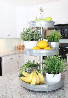 Keukenstyling bij verkoopstyling. Kunstplantjes van Ikea icm wat fruit op een etagère en je hebt een sfeervolle leuke eyecatcher