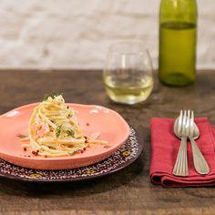 Macarrão com salmão defumado   #ReceitaPanelinha: Sabe aquele jantar que parece superelaborado, mas que na verdade foi feito em menos de meia hora? A versão defumada do salmão rende que é uma beleza e deixa este preparo prático e superespecial.