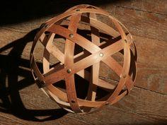 Sphère géodesique diam 27 cm, en petites lattes de bois et punaise aux intersections