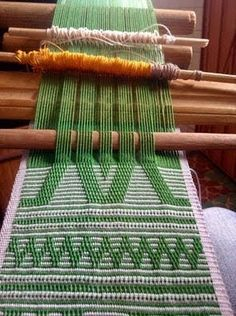 Pepenar - Weaving Our Identity - Latin American Textile Dictionary Inkle Weaving, Inkle Loom, Card Weaving, Basket Weaving, Weaving Textiles, Weaving Patterns, Tapestry Weaving, Peg Loom, Weaving Projects