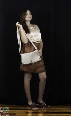 Con falda de textil reutilizado. Zapatos Amaranto. Bolsa Mowteville.