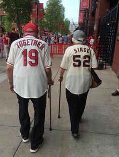 米国の老夫婦の後ろ姿が話題に 服に「1952年から一緒です」とプリント (2015年8月21日掲載) - ライブドアニュース