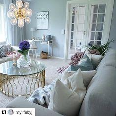 Med glasdörrar blir känslan i rummet båda ljusare och luftigare - och så vackert det är hos @mylifebyj 👌  #swedoor #swedoorse #semindörr #mindrömmdörr #endörrgörskillnad #jagälskardörrar #pardörrar #dörr #innerdörr #interiör #inredning #inspiration #nybygg #renovering #uppfräschning #nyadörrar #boendemedstil #nordicliving #dörrlösningar #dörruniversum Living Rooms, Inspiration, Design, Lounges, Biblical Inspiration, Home Living Room, Family Rooms, Living Room