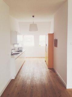 Schlichte, aber märchenhafte Lofteinrichtung: Küchenzeile in weiß, Holzbodendielen, gelber Schrank.  4-Zimmerwohnung in Berlin Friedrichshain. #Loft #Penthouse #Berlin #dreaming