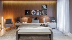 João Armentano, arquiteto, também assina um quarto de casal. O espaço foi criado para pessoas sofisticadas e urbanas.  A escolha de materiais, cores e mobiliário propõe conforto, elegância, beleza e irreverência. Um quarto chique e descolado, perfeito para um casal contemporâneo.