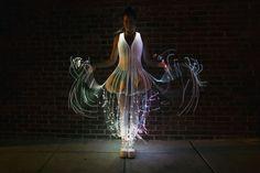 El Luminiscente Vestido Cubierto de Fibra Óptica