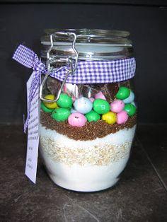 weckpot met ingredienten voor koekjes150 gr bloem 1 theelepel bakpoeder snufje zout 75 gram havermout 80 gram witte basterdsuiker (of kristalsuiker) 80 gram rietsuiker (of bruine basterdsuiker) 100 gram M&M's 75 gram ongezouten pinda's 100 gram chocolade, in stukjes gehakt, puur of melk maakt niet uit